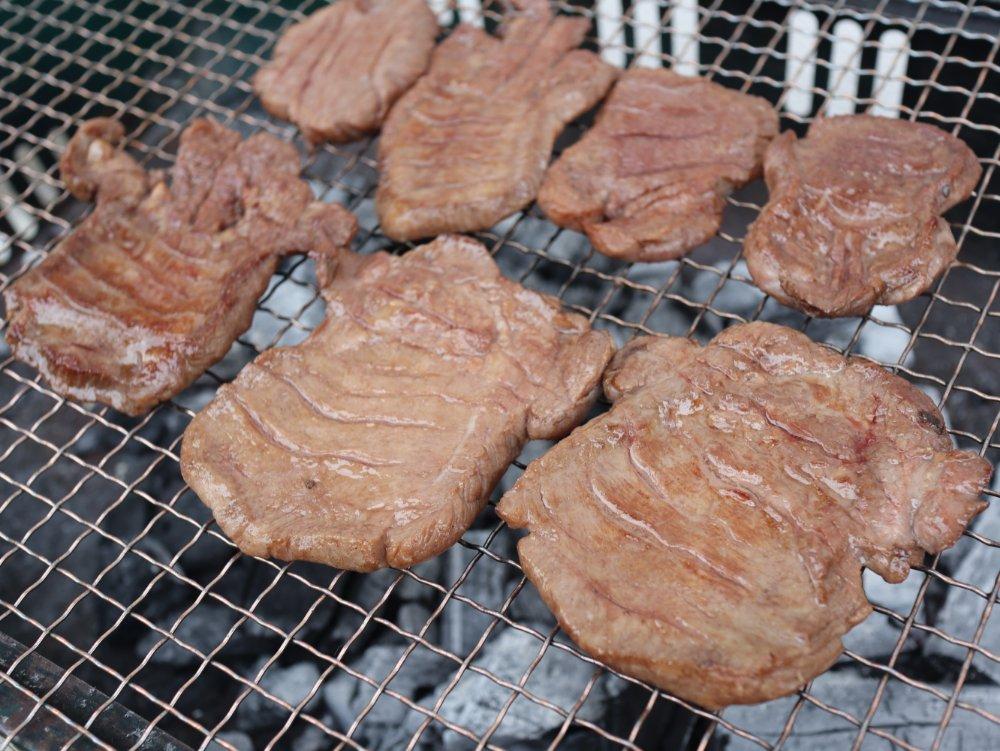 肉のいとうの牛たんを網焼きで