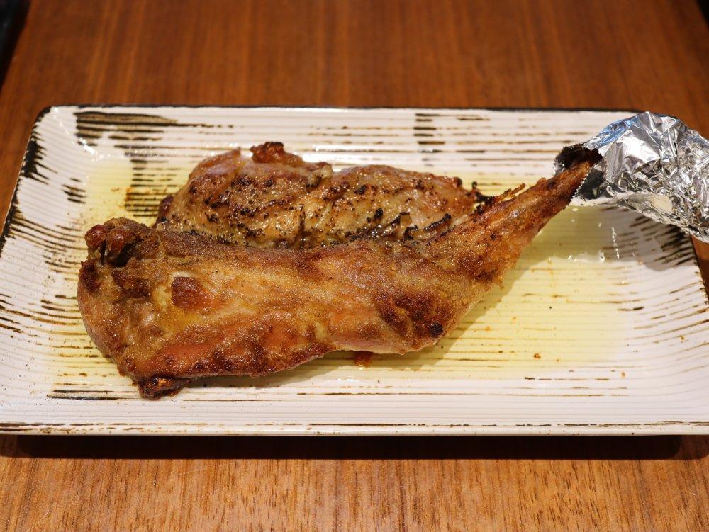 骨付き鶏 ひなやの一本焼き