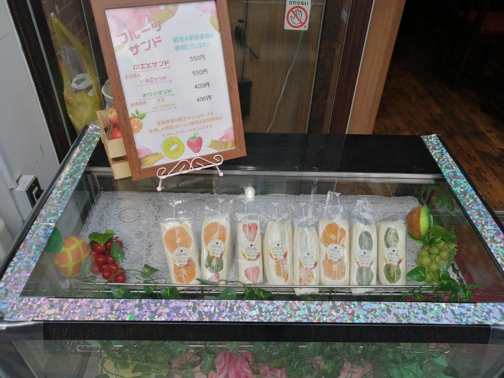 仙台朝市の果物を使ったフルーツサンド