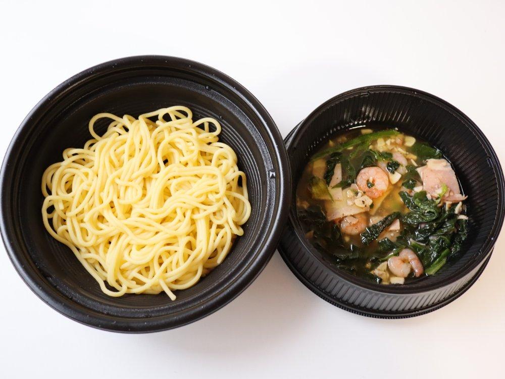 エビとホウレン草とベーコンの生麺パスタ