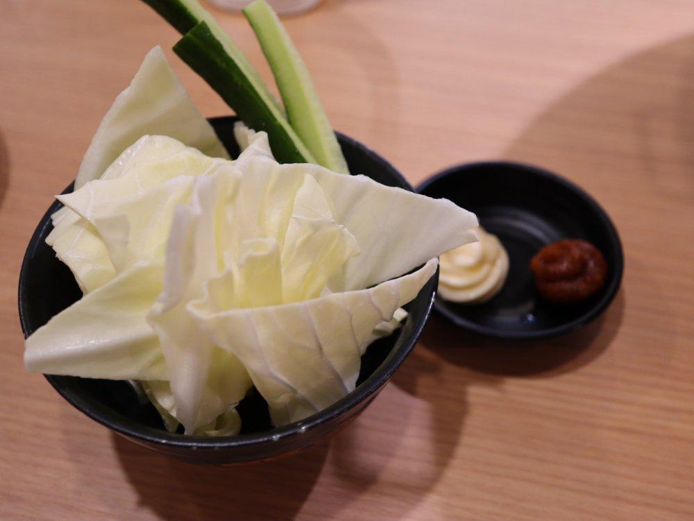 炭火焼肉ぐら 仙台東口店 お通しのキャベツとキュウリ