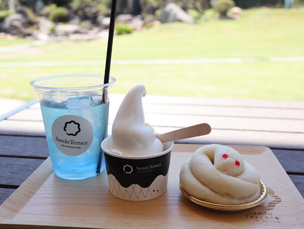 金蛇水神社のカフェでパンとソフトクリーム