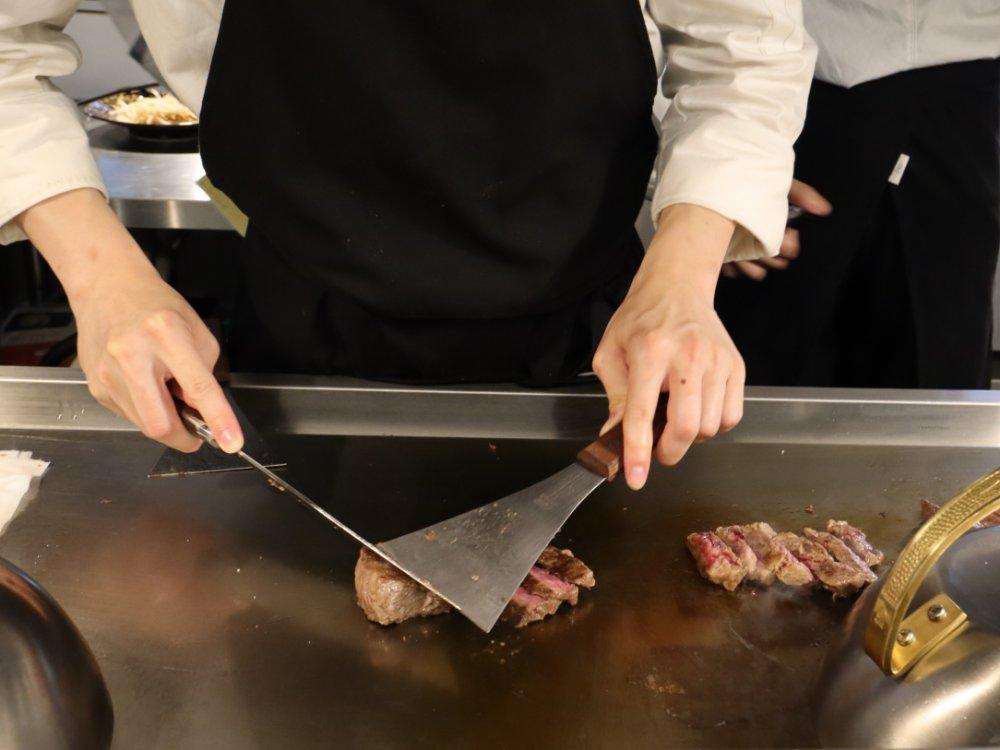 鉄板で肉を焼いているところ