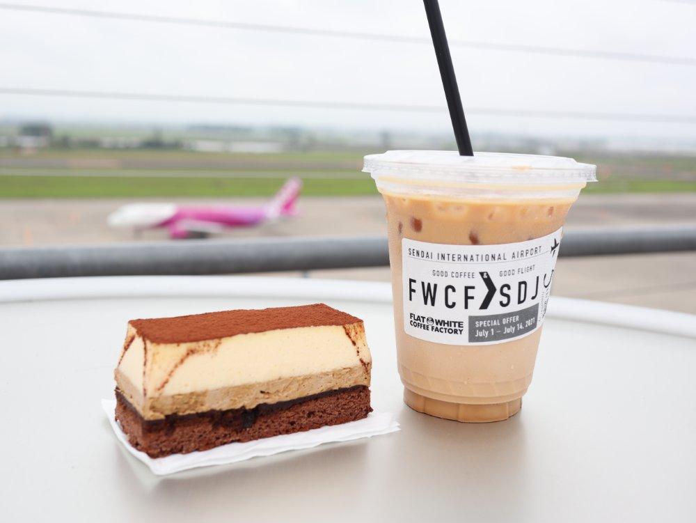 フラットホワイトコーヒーのティラミスとカフェラテ