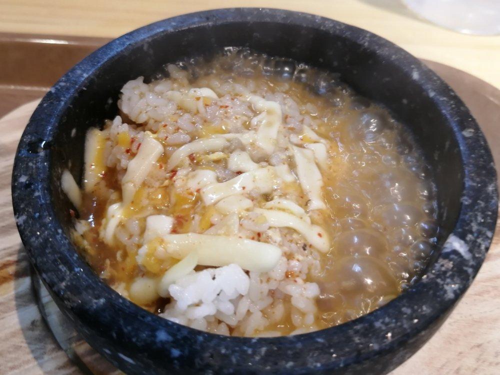スープを入れた石焼ご飯