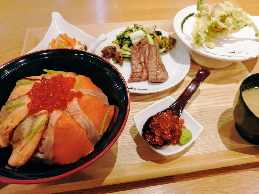 みやぎサーモンの生と炙りの2種はらこ飯定食