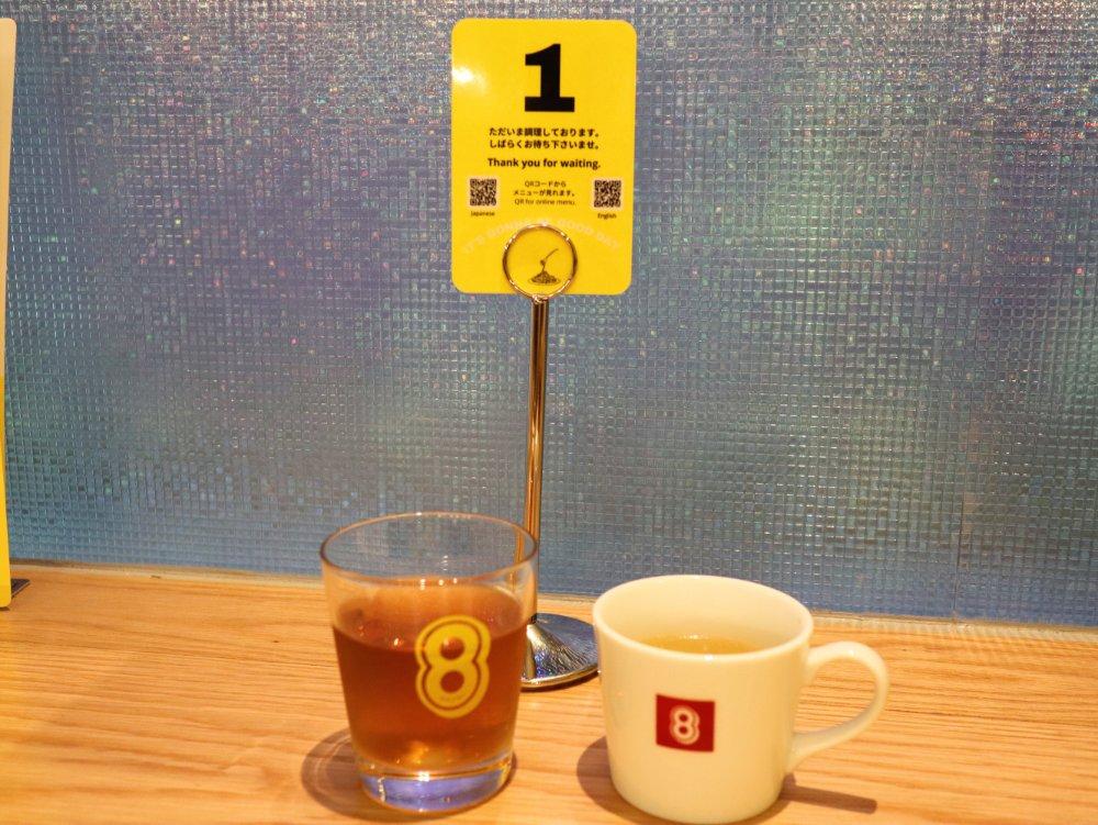8のグラスとカップ