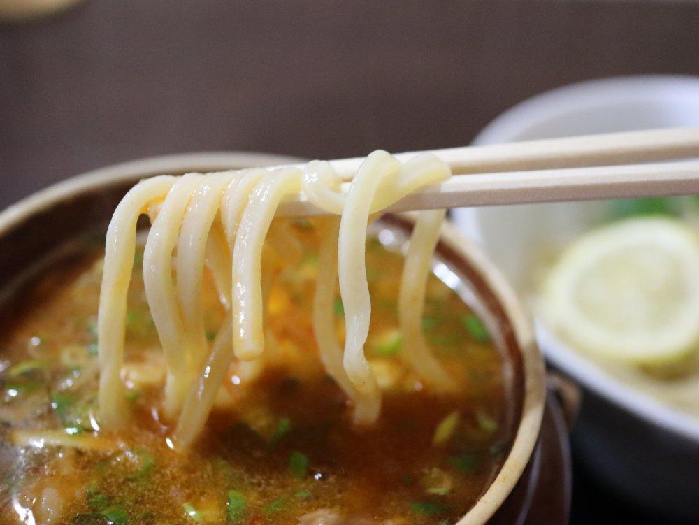 麺をスープに入れて