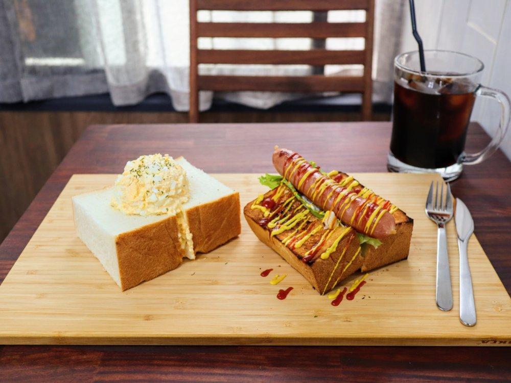 タイニーテーブルで極厚サンドイッチのランチ