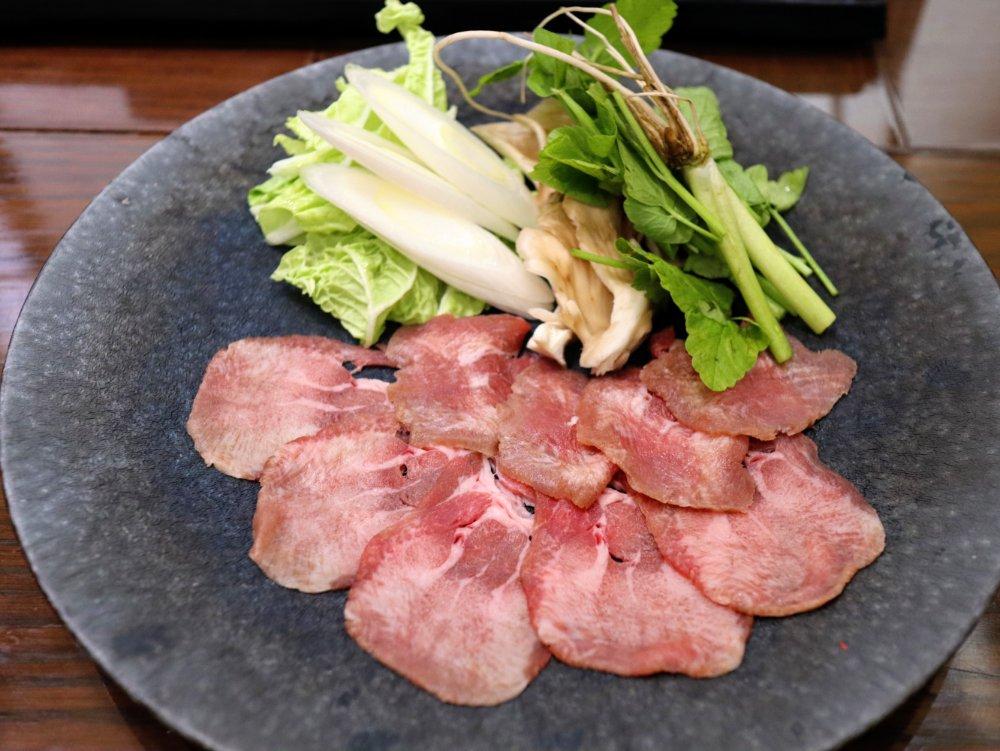 薄切りの牛たん9枚と野菜の盛り合わせ